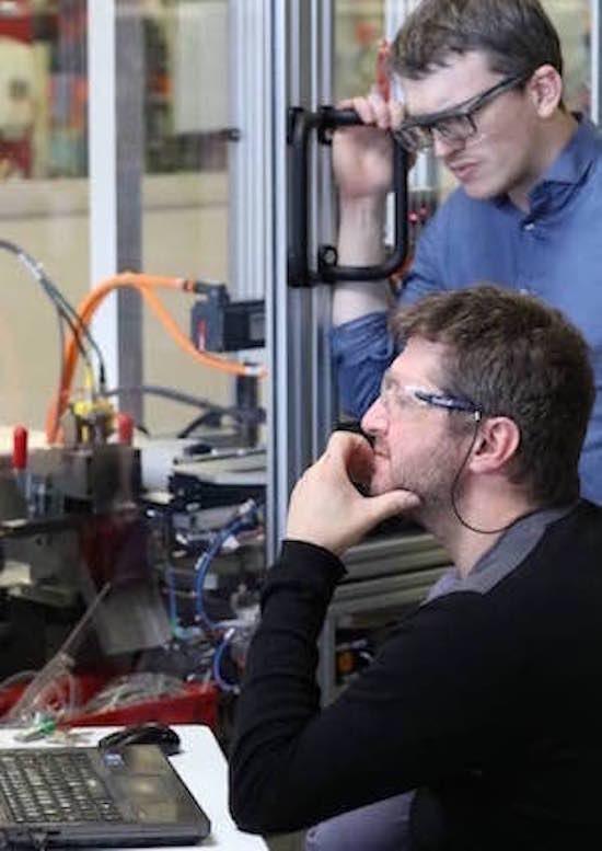 Deux hommes travaillent à la conception de machines spéciales